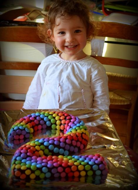 gateau anniversaire 2 deux ans raibow cake simple facile et rapide gateau smarties gateau au yaourt revisité en forme de chiffre (3)